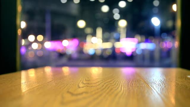 木製テーブルの上夜ぼやけた光 - バーカウンター点の映像素材/bロール