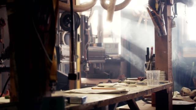 holzwerkstatt - tischlerarbeit stock-videos und b-roll-filmmaterial