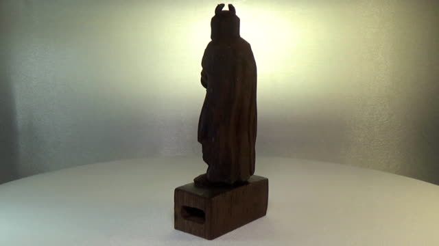Woodcarving wenge. A figurine of a crusader with a horned helmet carved from a tree. Sculpture of the Teutonic Knight video