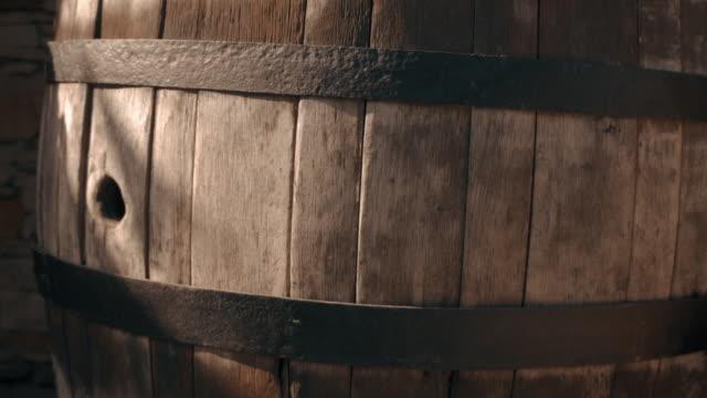 vídeos de stock e filmes b-roll de wooden barrel - barrica