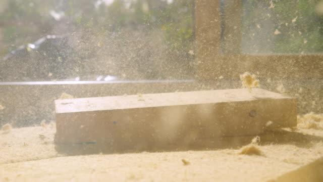 närbild: träblock faller på ett tjockt ark isoleringsskum. - solar panel bildbanksvideor och videomaterial från bakom kulisserna