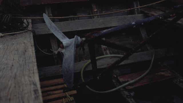 vídeos de stock e filmes b-roll de wooden boat propeller on old fishing vessel in thailand - países bálticos
