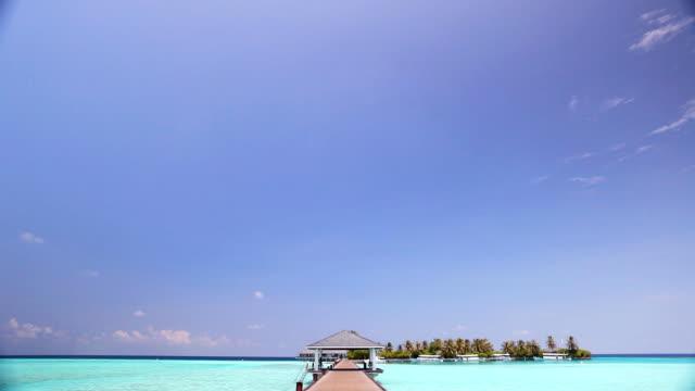 木製の橋は、モルディブの熱帯リゾート。 - リゾート点の映像素材/bロール
