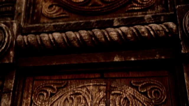 vídeos de stock e filmes b-roll de wooden carved patterns on doors with big handles, old building, architecture - enfeitado