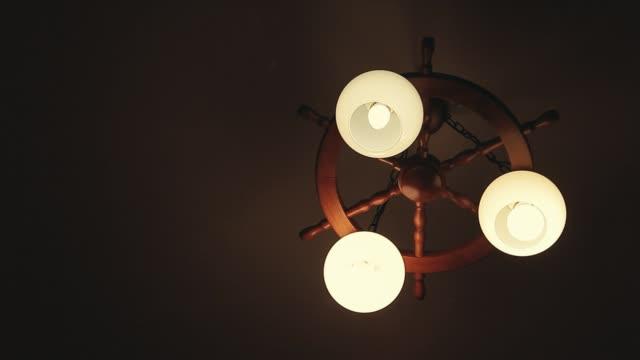 ahşap avize koyu tavan arka plan - avize aydınlatma ürünleri stok videoları ve detay görüntü çekimi