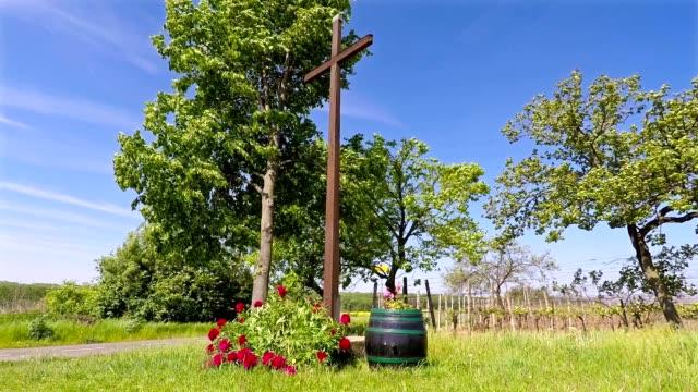 stockvideo's en b-roll-footage met houten kruis op het kruispunt op een zonnige dag looping video. - heilig geschrift