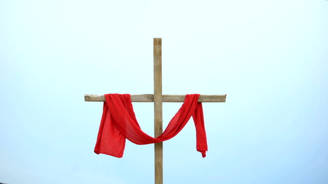 vídeos de stock e filmes b-roll de wooden cross with red cloth wrapped around, crucifix and resurrection of jesus - crucifixo