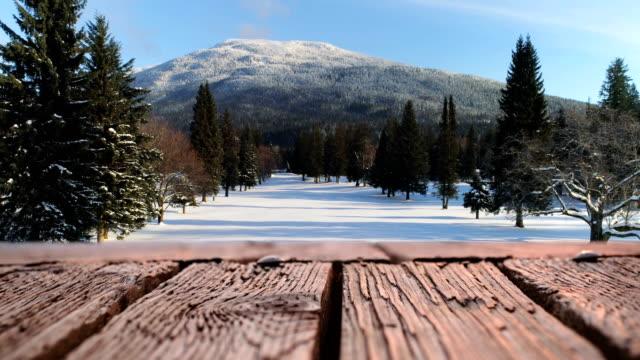 木製デッキと雪原 4k - デッキ点の映像素材/bロール