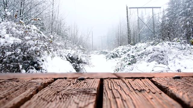 木製デッキと雪 4k - デッキ点の映像素材/bロール