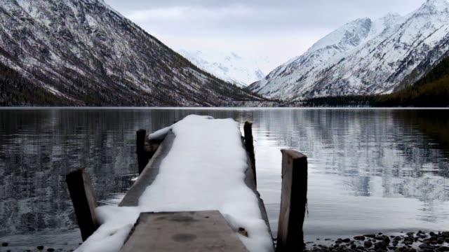 アルタイ山脈の低い Multinskoe 湖の木製 footbridg ビデオ