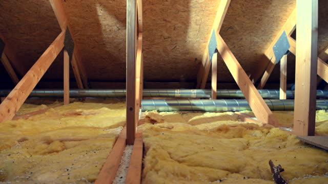 holzhaus dachboden isolierung und lüftungssystem. - dachboden stock-videos und b-roll-filmmaterial