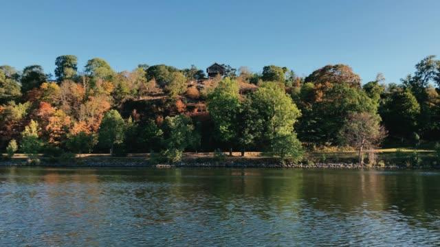 wooden house in the wood on stockholm djurgardsbrunnsviken - arcipelago video stock e b–roll