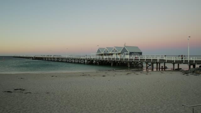gün batımında ahşap i̇skelesi - dalgakıran stok videoları ve detay görüntü çekimi