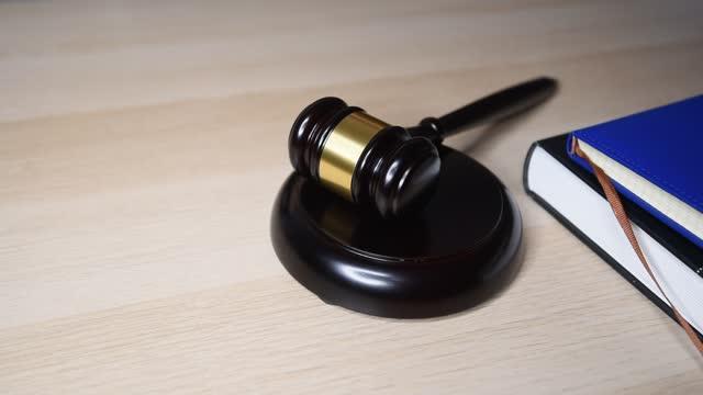 trä domareklubba på bordet, konceptbild om rättvisa - lagbok bildbanksvideor och videomaterial från bakom kulisserna