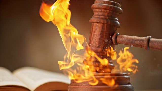 slo mo ld trä domarens ordförandeklubba slående ett brinnande ljud block - lagbok bildbanksvideor och videomaterial från bakom kulisserna