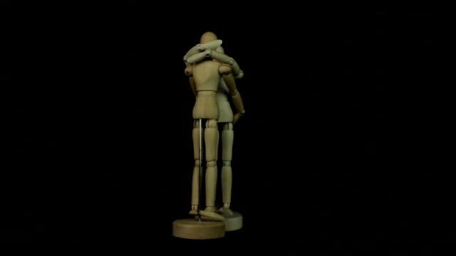 vídeos y material grabado en eventos de stock de modelo de madera de humano hug bucle - árboles genealógicos