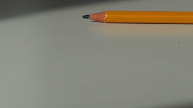 trä penna rullande på ett kontor skrivbord - blyertspenna bildbanksvideor och videomaterial från bakom kulisserna