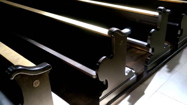 Bancas de madera en un pasillo de la Christian Church - vídeo