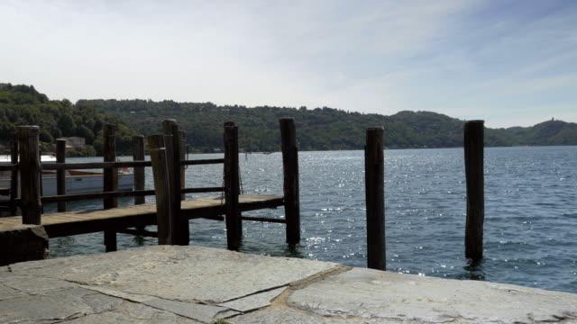 vídeos de stock, filmes e b-roll de cais de madeira sobre o lago e a paisagem paisagem 2 - rústico