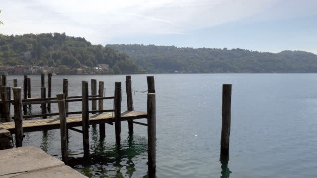 vídeos de stock, filmes e b-roll de cais de madeira sobre o lago e a paisagem paisagens - rústico