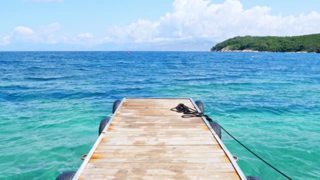 tropikal plajda ahşap iskele - dalgakıran stok videoları ve detay görüntü çekimi
