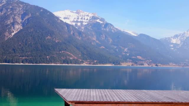 quay di legno accanto al magnifico lago achensee lago, austria. spettacolare inverno pan - stato federato del tirolo video stock e b–roll