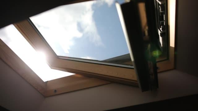 vídeos de stock e filmes b-roll de wooden skylight window - fenómeno natural