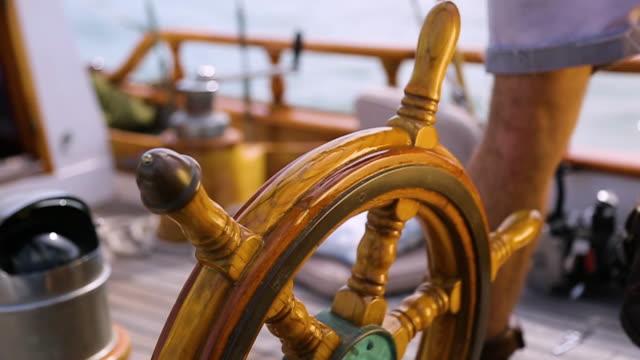 wooden steering wheel of sail boat - ster fragment pojazdu filmów i materiałów b-roll