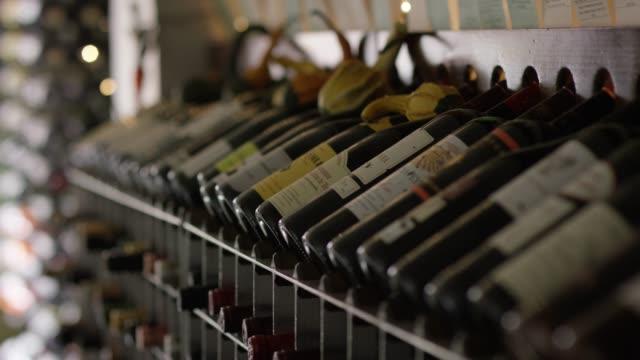 나무 와인 랙 와인의 분류와 선택적 초점을 조롱 박 장식 - 와인병 스톡 비디오 및 b-롤 화면
