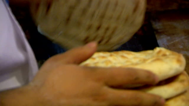 drewno opalane turecki pide - chleb pita filmów i materiałów b-roll