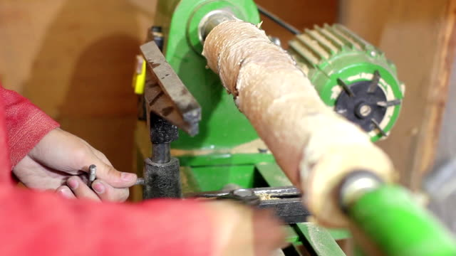 Woodturners using a rotating clamp to turn the wood video