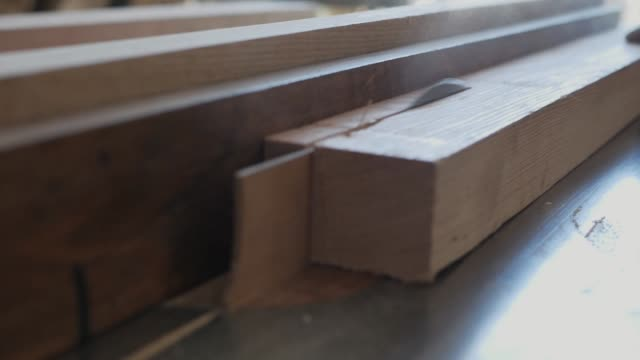 woodworker saws a bar on a table saw - segatura video stock e b–roll