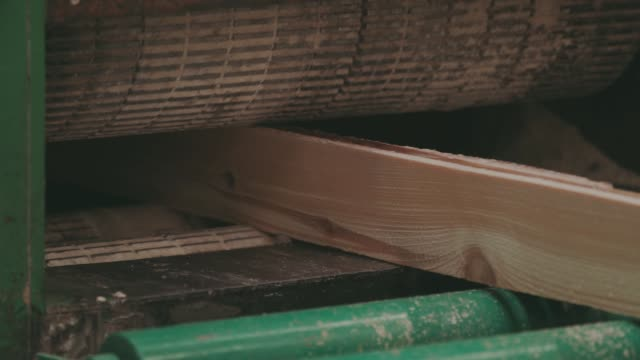 holzbearbeitung-fabrik, sägewerk - bandsäge stock-videos und b-roll-filmmaterial