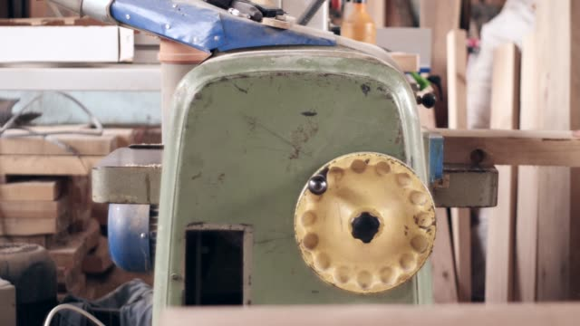 Máquina de marcenaria e marceneiro alimentando placas para a máquina - vídeo