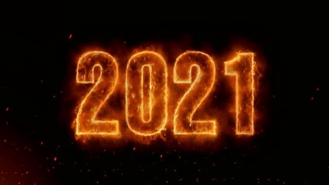 2121 wort heiß brennen auf realistische feuer flammen funken und rauch kontinuierliche loop nahtlos-animation - kalender icon stock-videos und b-roll-filmmaterial