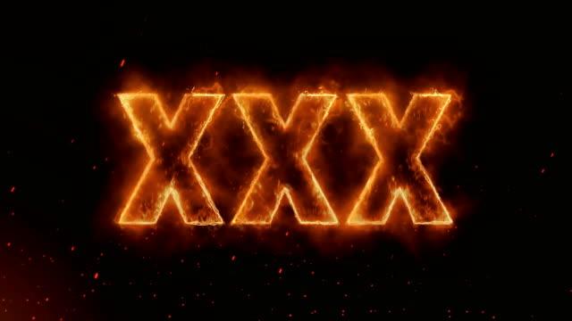 vidéos et rushes de xxx mot chaud brûlant sur réaliste feu flammes sparks et fumée continue en toute transparence loop animation - 18 19 ans