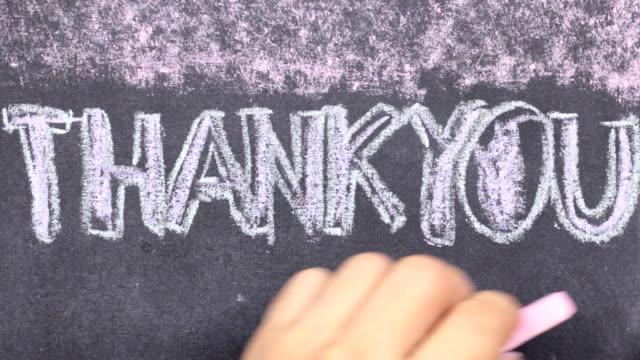 stockvideo's en b-roll-footage met woord dank u geschreven met krijt op blackboard. - bord bericht