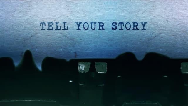 tell your story wörter typisierung auf einem blatt papier mit alten vintage-schreibmaschine. - feedback stock-videos und b-roll-filmmaterial