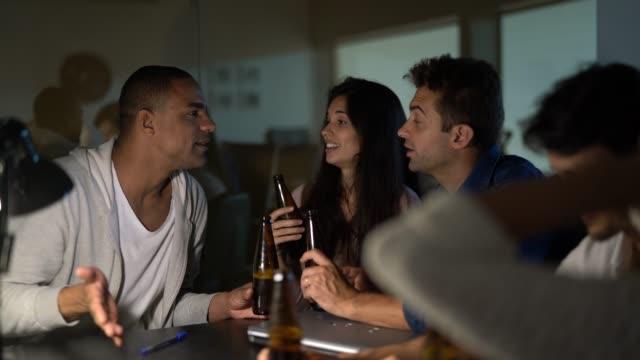 밤에 사무실에 맥주를 마시는 직장 동료 - black friday 스톡 비디오 및 b-롤 화면