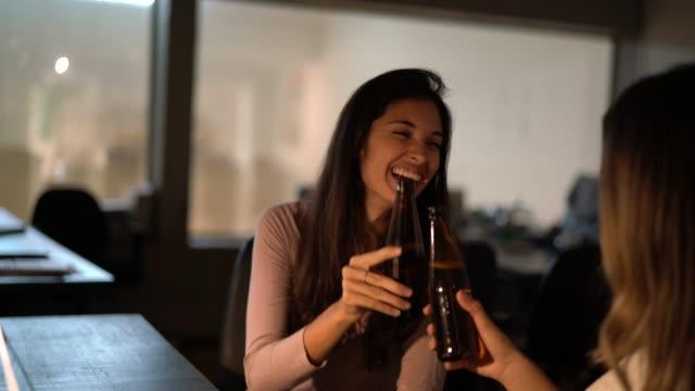직장 동료 토스트와 함께 맥주 오피스, 후 일 늦게에 - black friday 스톡 비디오 및 b-롤 화면