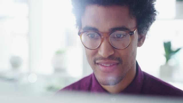 원하는 성공을 위해 열심히 노력 하십시오. - modern office 스톡 비디오 및 b-롤 화면