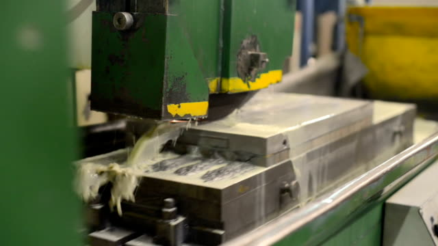 work of an industrial surface grinding machine. grinding of a flat metal part - rettificatrice video stock e b–roll