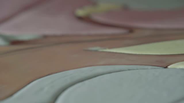 arbeiten sie auf fliesen mit technik der cuerda seca - dekorative kunst stock-videos und b-roll-filmmaterial