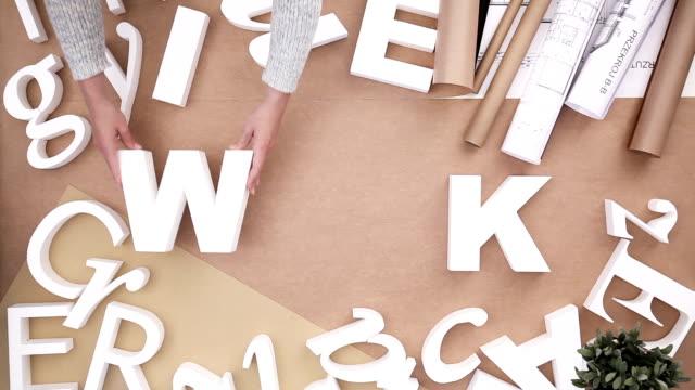 vídeos de stock, filmes e b-roll de construção palavra de trabalho-pessoas - clipe