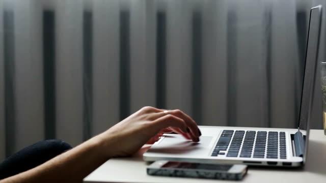 arbeta med en bärbar dator rulle - offline bildbanksvideor och videomaterial från bakom kulisserna