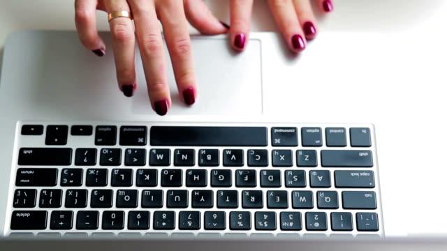 arbeta med bärbar dator rullning och typeing på tangent bordet - offline bildbanksvideor och videomaterial från bakom kulisserna