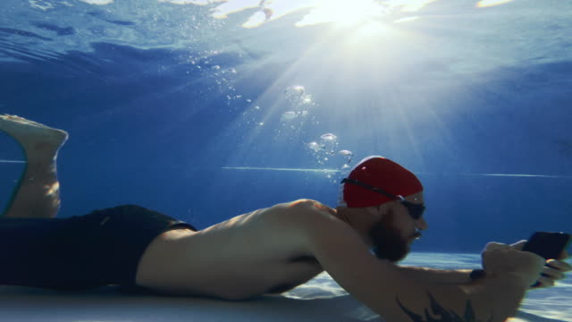 Workaholic Mann mit Handy unter Wasser – Video