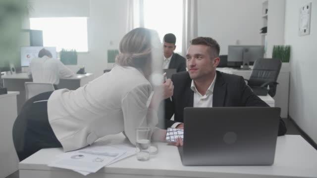 arbeitstag im büro, kollegen flirten miteinander - unterordnung stock-videos und b-roll-filmmaterial