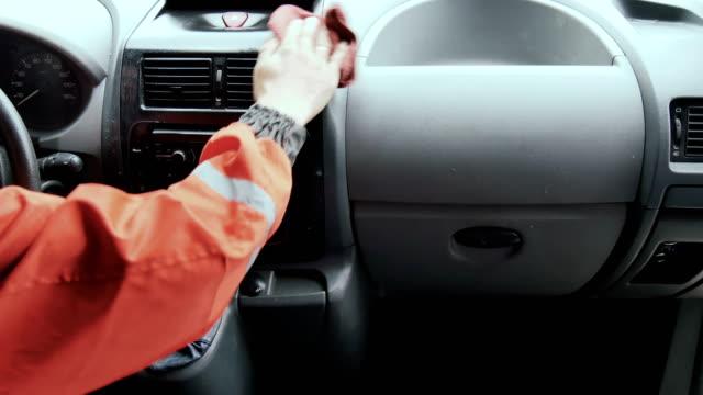 arbeitnehmer gelten polnisch am armaturenbrett des autos - innerhalb stock-videos und b-roll-filmmaterial