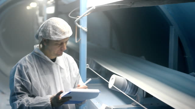 Worker controls the quality of sugar video